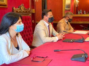 El alcalde con la subdelegada del Gobierno y el concejal de Seguridad Ciudadana.