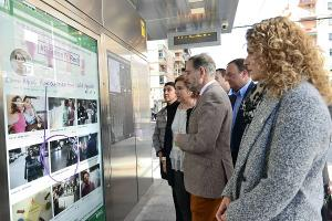 El consejero, con otros representantes de la Junta, en una de las marquesinas del Metro.
