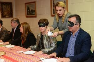 Responsables de la Junta toman un desayuno a ciegas.