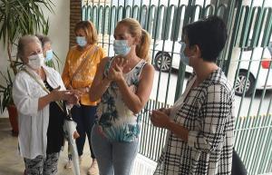La diputada de Igualdad y Juventud, junto a participantes en las jornadas.