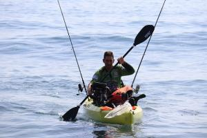 Práctica del piragüismo en un kayak.