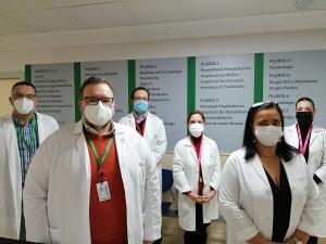 La directora gerente del hospital, con el equipo directivo de Trauma.