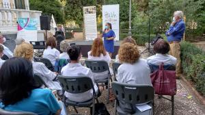 La directora gerente del hospital presenta el acto en la Feria del Libro.
