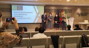La esposa de José Manuel Fernández recoge la placa de reconocimiento como colegiado de honor.