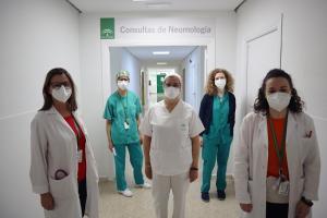 La jefa de servicio de Neumología, Concha Morales,a la izuierda, y la neumóloga, Beatriz Jiménez, a la derecha junto a parte del equipo de consultas poscovid.