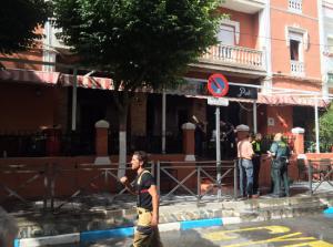 Guardias civiles y emergencias en la entrada del local.