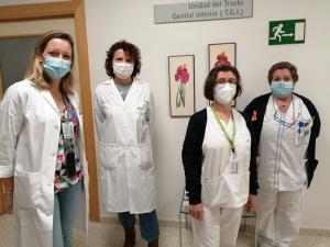La subdirectora médica, Mar Sánchez, a a izquierda, junto al equipo de unidad de tracto genital inferior.