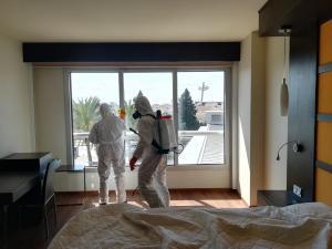 La Legión, trabajando este pasado martes en la desinfección del Hotel Abades para recibir a pacientes.