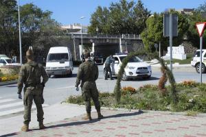 Legionarios en el control establecido en Salobreña.
