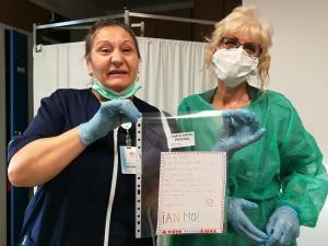 Una limpiadora, junto a una sanitaria, con la carta de Daniela.