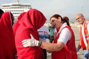 Una voluntaria de Cruz Roja atiende a una de las personas rescatadas este domingo.