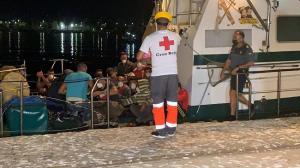 Llegada de la patrullera de la Guardia Civil con los migrantes rescatados.