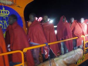 La embarcación Salvamar Hamal los ha trasladado al Puerto de Motril.