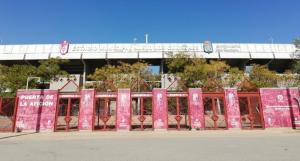 Imagen de puertas de acceso al Estadio de los Cármenes.