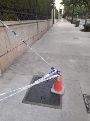 Loseta reparada en las puertas de la Subdelegación del Gobierno.