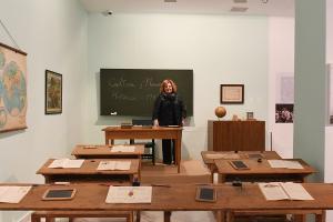 Fátima Gómez durante su visita a la exposición.