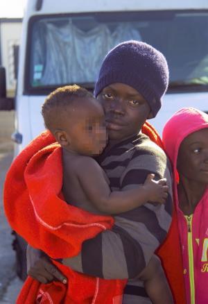 Una mamá con su bebé, a su llegada al Puerto de Motril.