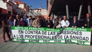 Protesta en la puerta del centro de salud de Íllora.