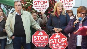María José y Fernando, durante la lectura del comunicado de Stop Desahucios Granada 15M.