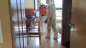 Militares de la UME en labores de desinfección de la residencia Domus de Granada.