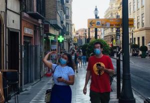 Una pareja pasea cerca de Plaza Nueva