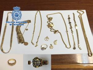 Material robado recuperado por los agentes.