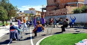 Mayores de Cúllar Vega durante los ejercicios al aire libre, recuperados al año de la pandemia.