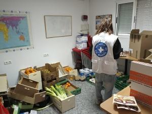 Activistas de Médicos del Mundo organizando la comida que reparten entre las familias.