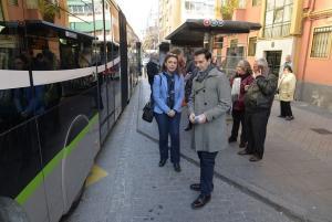 Francisco Cuenca y Raquel Ruz, en una parada de la Avenida de Dílar.
