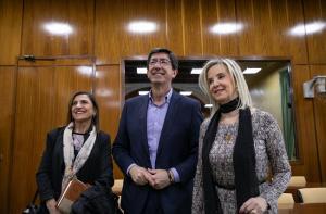 Ana Tárrago, junto al vicepresidente de la Junta, en el Parlamento.