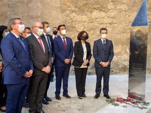 """Inauguración del monolito de la UGR in memoriam """"a las personas ejecutadas o represaliadas por sus ideas, creencias o actividad""""."""