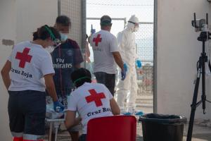 Imagen de un operativo de Cruz Roja para atender a migrantes trasladados a Motril.