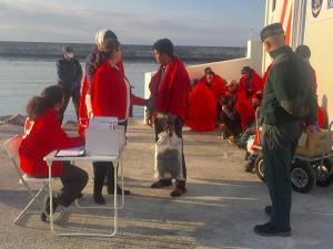 Voluntariado de Cruz Roja ha prestado una primera asistencia a las personas rescatadas.