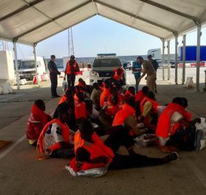 Migrantes llegados el domingo al Puerto de Motril.