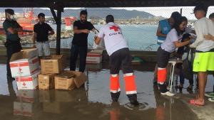 A su llegada al Puerto de Motril han recibido una primera asistencia por parte de Cruz Roja.