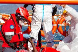 Cruz Roja se desplazó a la embarcación para prestar asistencia al hombre que se encontraba más grave, que finalmente ha fallecido.