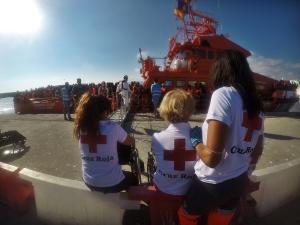 Voluntarias de Cruz Roja aguardan el desembarco para atender a las personas migrantes.