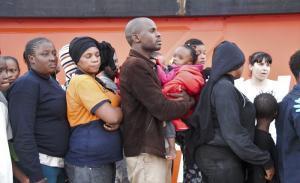 Tras ser atendidos por Cruz Roja, los migrantes fueron trasladados al campamento que se utiliza para su acogida.