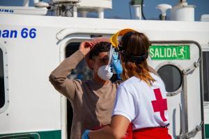 Personal de Cruz Roja ha prestado una primera asistencia a los migrantes a su llegada al Puerto de Motril.