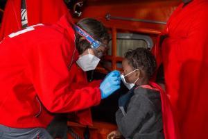 Una voluntaria de Cruz Roja atiende a una de las menores.