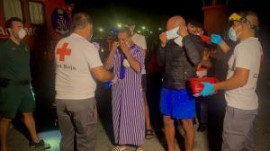 Los migrantes, atendidos por Cruz Roja a su llegada al puerto la pasada madrugada.