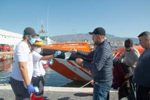 Voluntariado de Cruz Roja atiende a los migrantes a su llegada al Puerto de Motril.