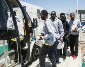 Imagen de archivo de un grupo de inmigrantes dejando el CATE.