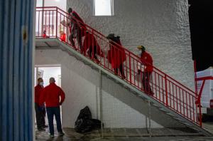 Cruz Roja atendió a las personas rescatadas a su llegada al Puerto de Motril.