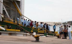 Llegada de los migrantes en el ferry al Puerto de Motril.