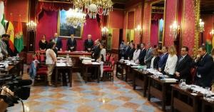 Imagen de archivo de un minuto de silencio en el pleno de Granada por las víctimas de violencia machista.