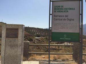 Imagen del monolito y la placa que identifica el Barranco del Carrizal como Lugar de Memoria.