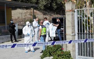 Agentes de las policías Científica y Judicial, esta tarde en el cortijo donde ha ocurrido el crimen.