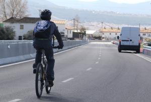 Un ciclista se desplaza por una carretera.