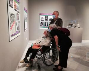 Carmen Muñoz Navarro, con su hija, Carmen Morente, durante la visita a la exposición en Condes de Gabia.